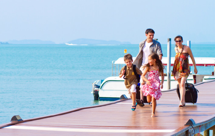 Happy travelling family 710x450